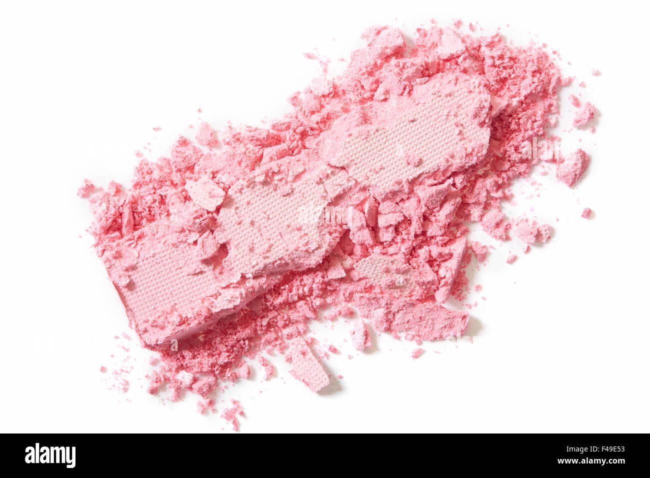 Rosa Lidschatten Kosmetik zerkleinert auf weiß Stockbild