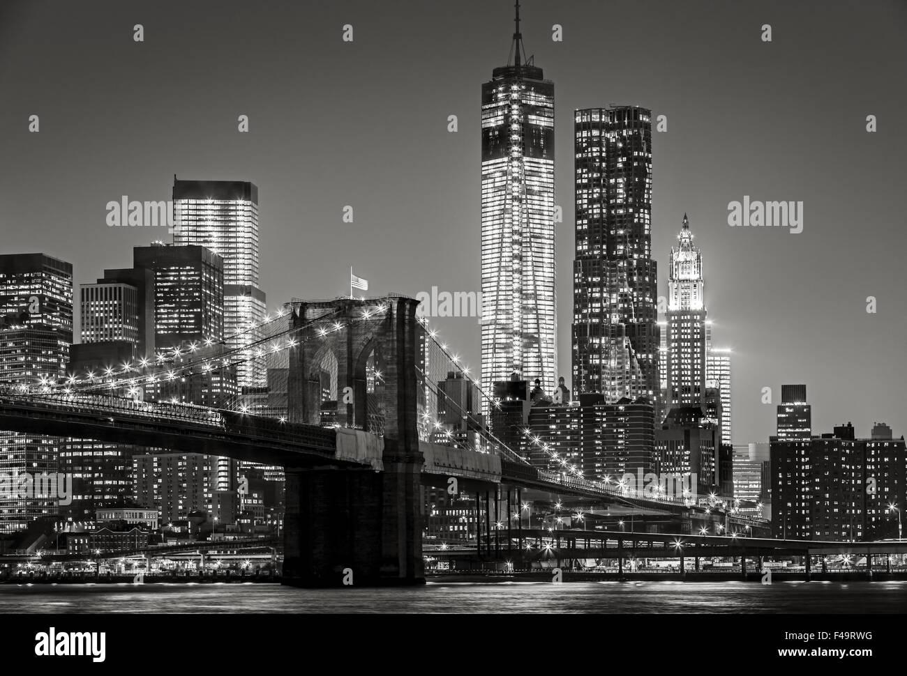 & Schwarz-weiß Stadtbild bei Nacht. Blick auf Lower Manhattan, Brooklyn Bridge und Financial District Wolkenkratzer, New York City Stockfoto