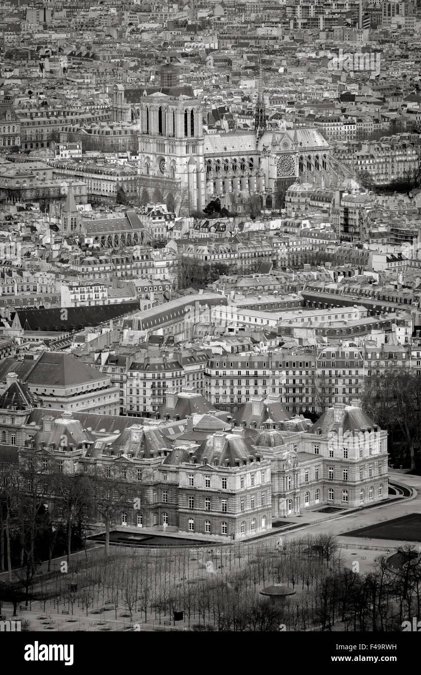 Dächer von schwarz-weiß & Paris von oben mit Jardin du Luxembourg und Kathedrale Notre-Dame. Rive Stockbild