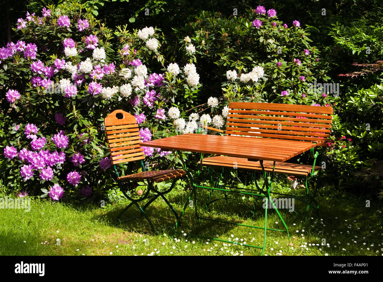 im garten stockfotos im garten bilder alamy. Black Bedroom Furniture Sets. Home Design Ideas