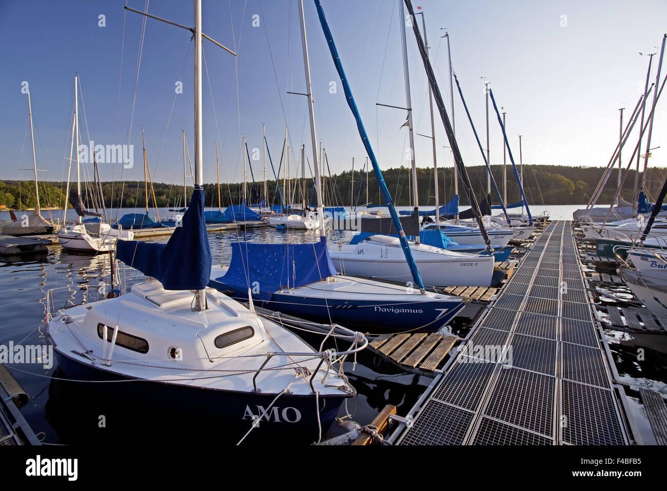 Segelboote auf dem Stausee Moehne Stockbild