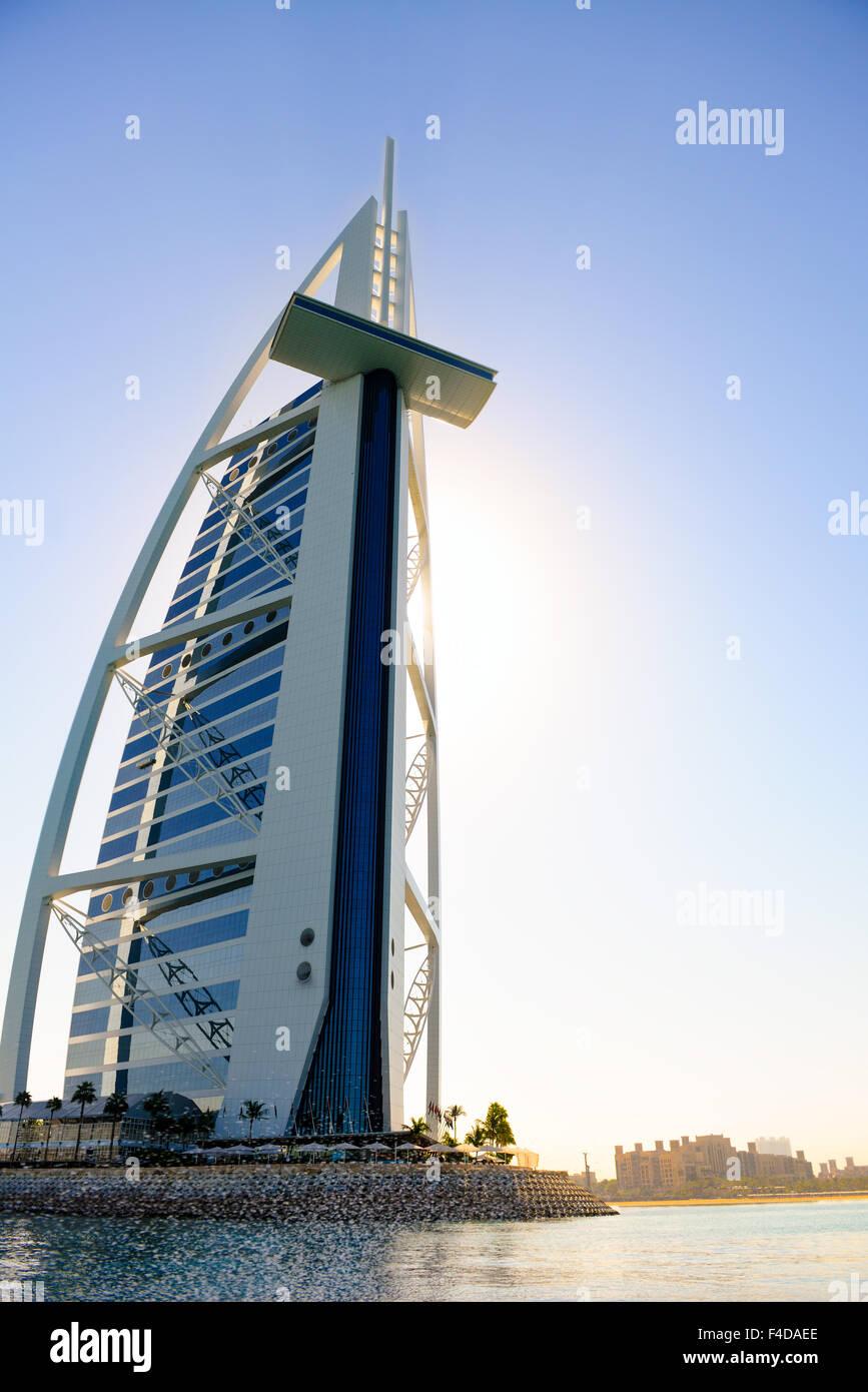 Hotel Burj Al Arab, Dubai, aus dem Wasser genommen. Wasser besprengt im Hintergrund Stockbild