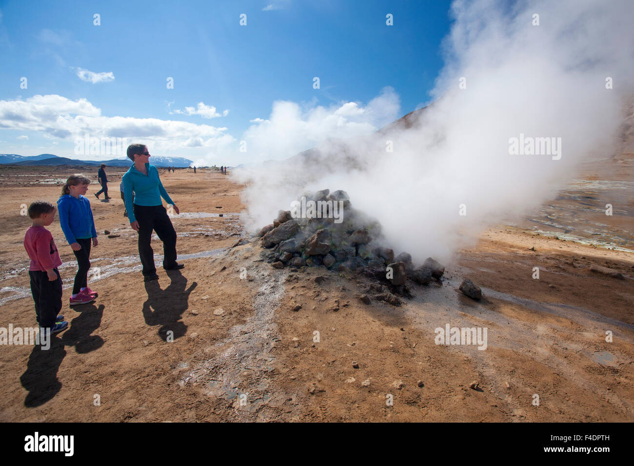 Besucher neben einem Dampfenden vulkanischen fumarole an Hverir, Myvatn, Nordhurland Eystra, Island. Stockbild