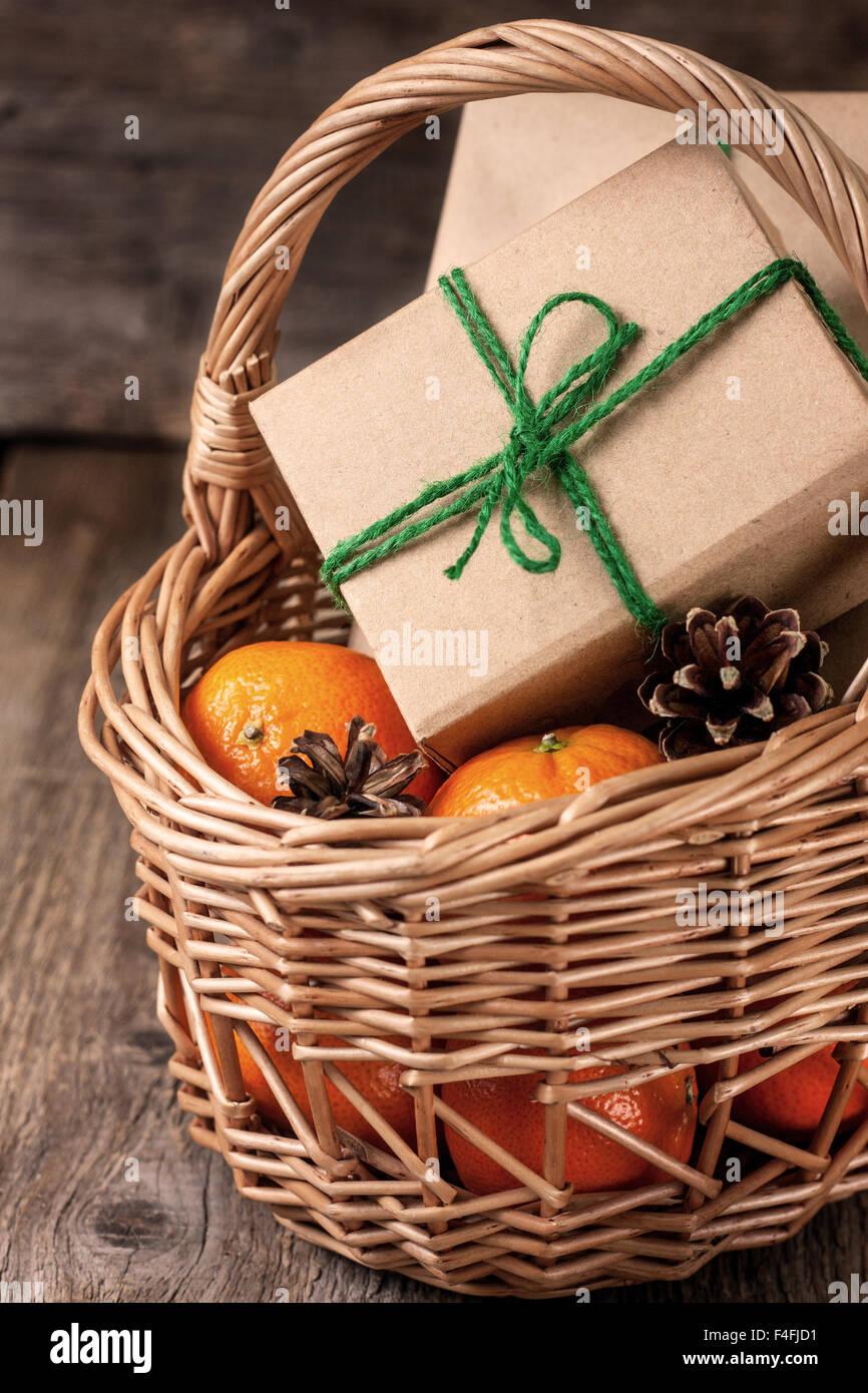 Weihnachtsgeschenke, Mandarinen und Zapfen in einen Korb Stockfoto ...