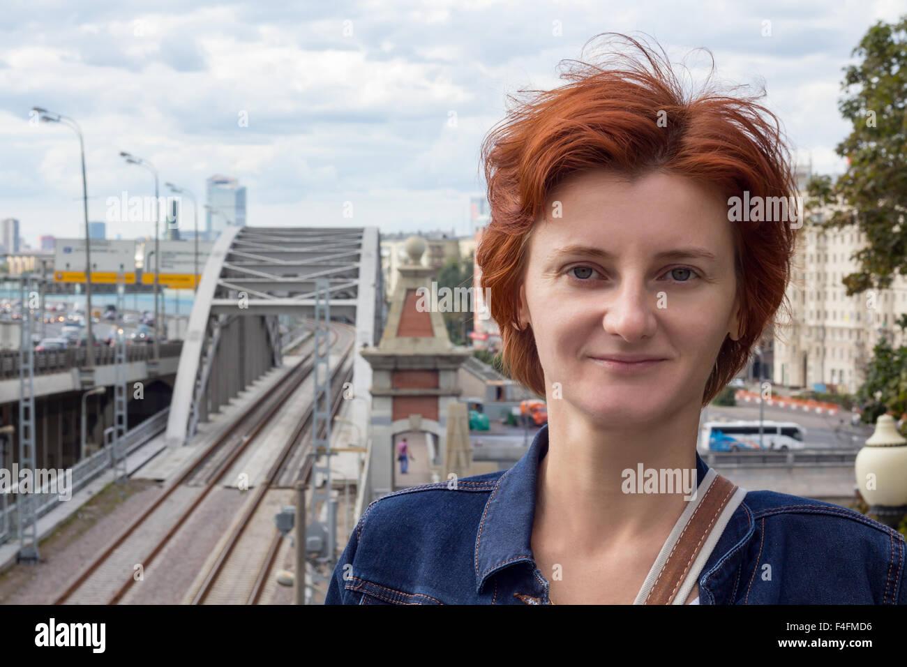 Porträt eines Mädchens auf dem Hintergrund des Stadtbildes Stockbild