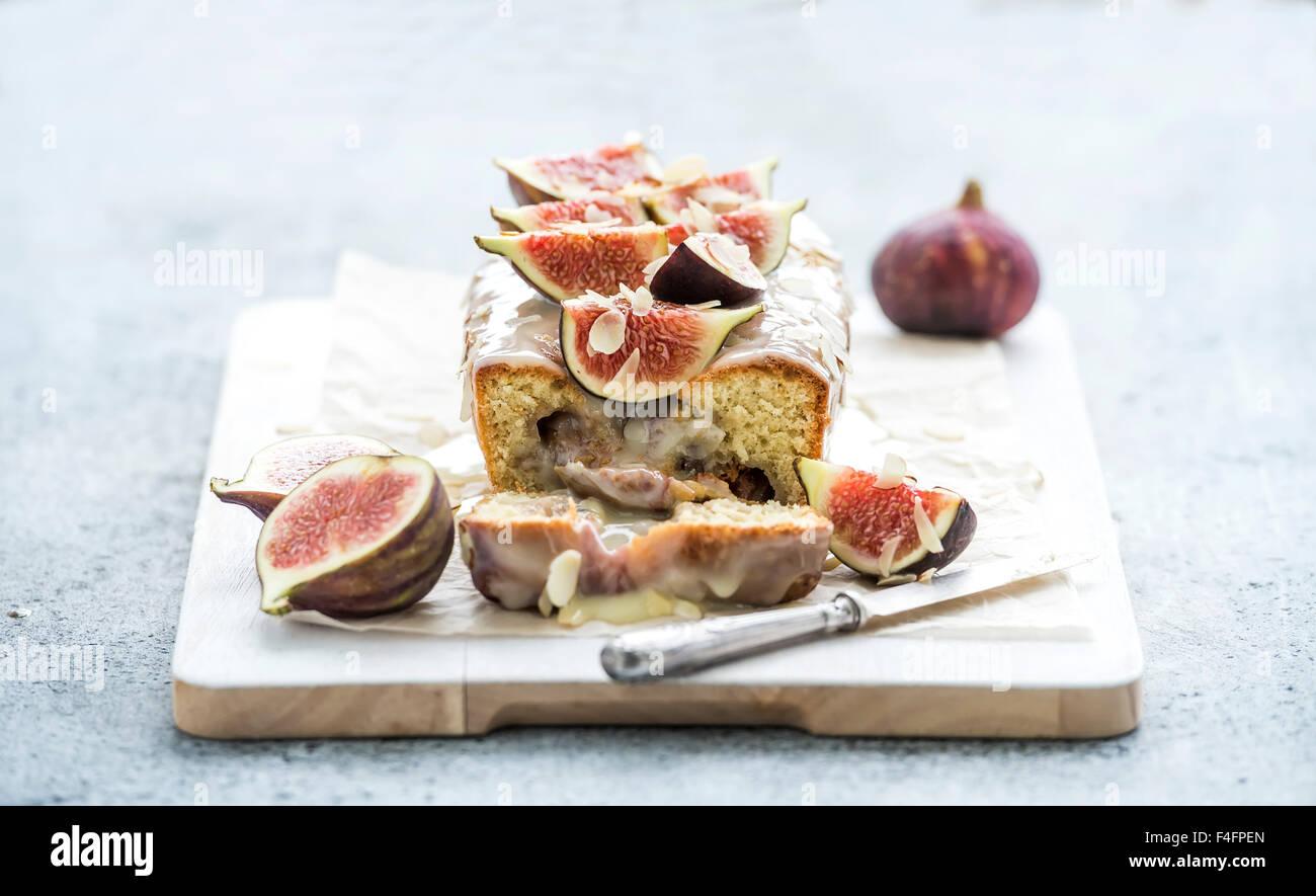 Brot-Torte mit Feigen, Mandeln und weißer Schokolade auf weißem Brett über Grunge Hintergrund, selektiven Stockbild