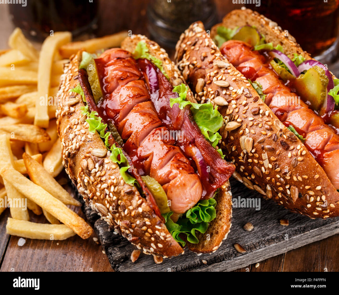 Barbecue Grill Hotdog mit Pommes frites Stockbild