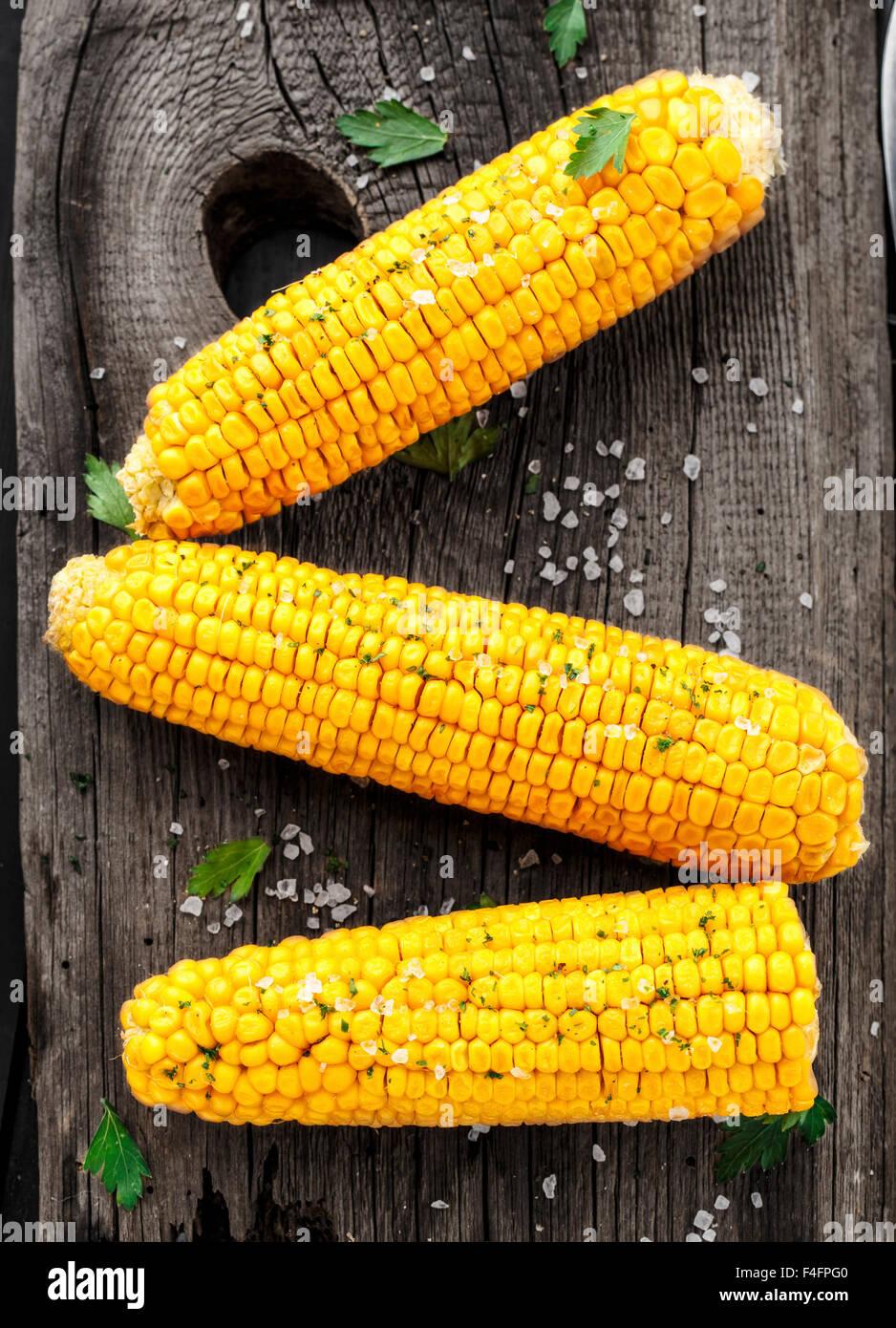 Sehr lecker gegrilltem Mais auf einem Holzbrett Stockbild