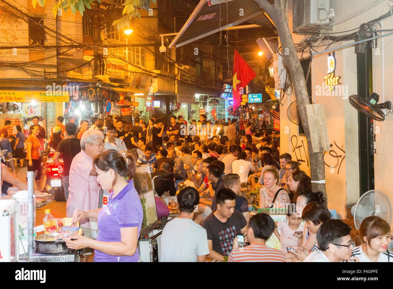 Abend, Hanoi Old Quarter ist abends mit Menschen genießen Straße ...