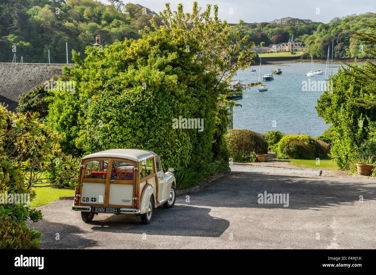 Austin Morris Minor 1000 Oldtimer geparkt an einem Standort in der Nähe von Mawes Küste, Cornwall, England, Stockbild