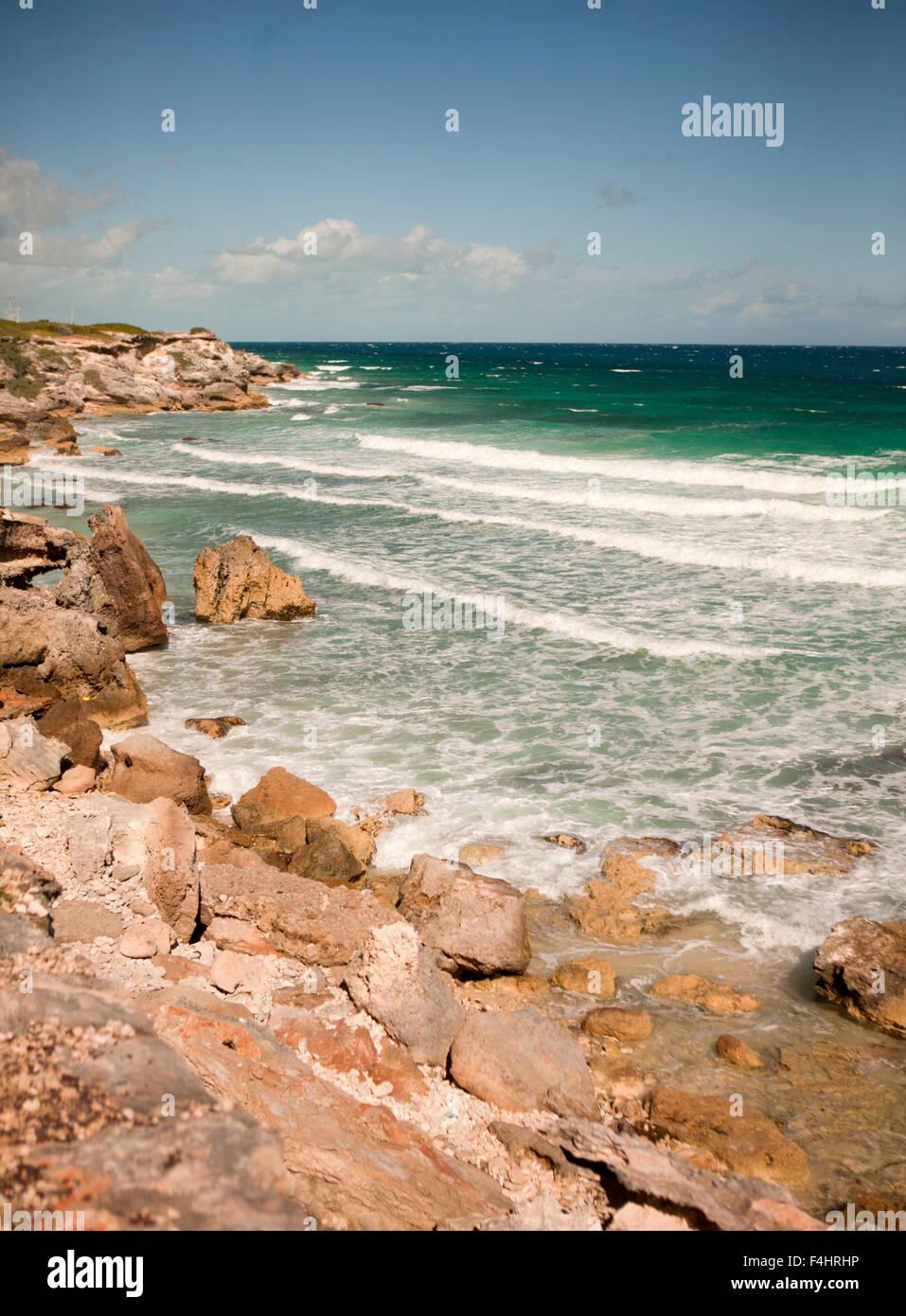 Blick auf die Karibik-Küste entlang was Touristen, Panorama-Fahrt, Isla Mujeres, Quintana Roo, Mexiko nennen. Stockbild
