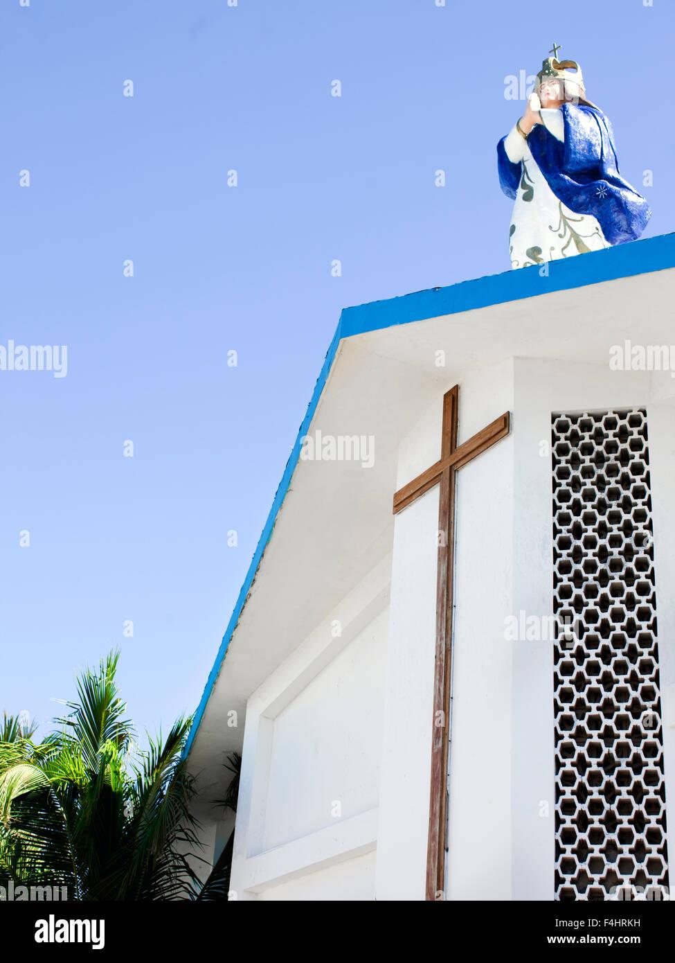 Statue der Jungfrau Maria auf dem Dach der Kirche der Unbefleckten Empfängnis Mariens, Isla Mujeres, Mexiko Stockbild