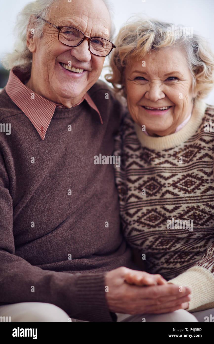 Ältere Mann und Frau, Blick in die Kamera mit einem Lächeln Stockbild