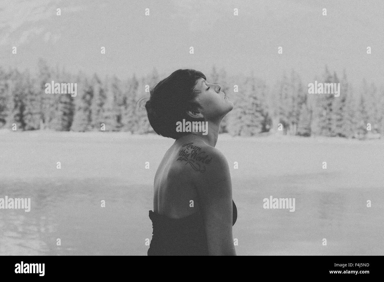 Junge schöne Frau in schwarz und weiß in Jasper, Kanada reisen Stockbild