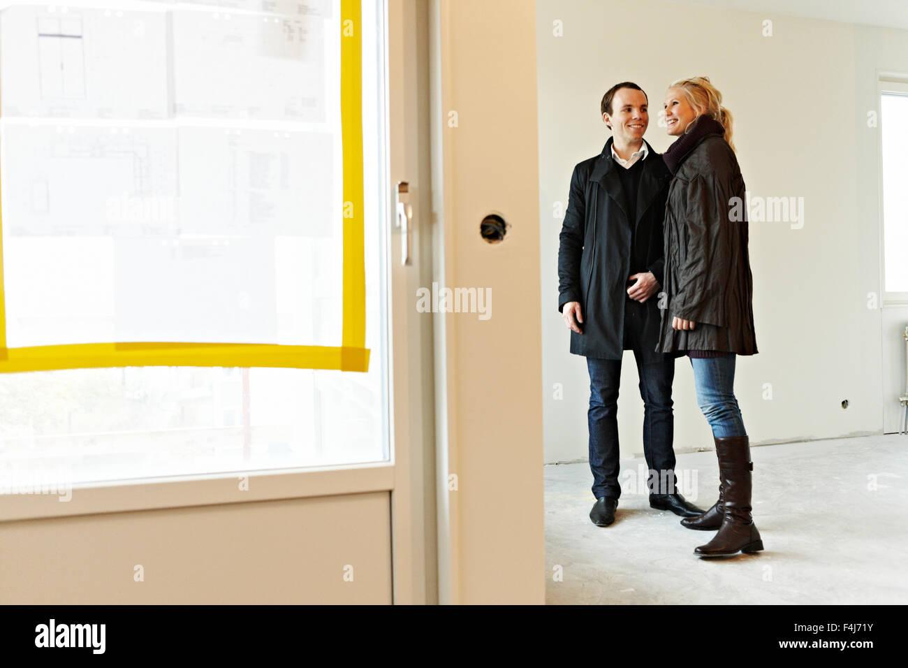 Junges Paar in einer neu gebauten Wohnung, Schweden. Stockbild