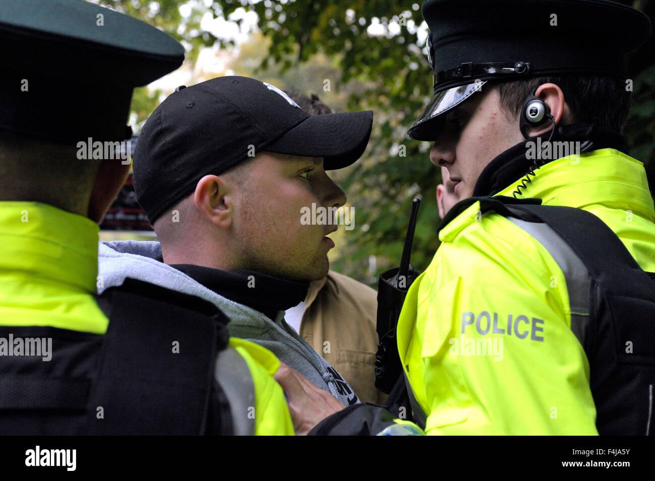 Die abweichende republikanische Gruppe republikanische Netzwerk für Unity (RNU) protestieren bei einer Police Stockbild