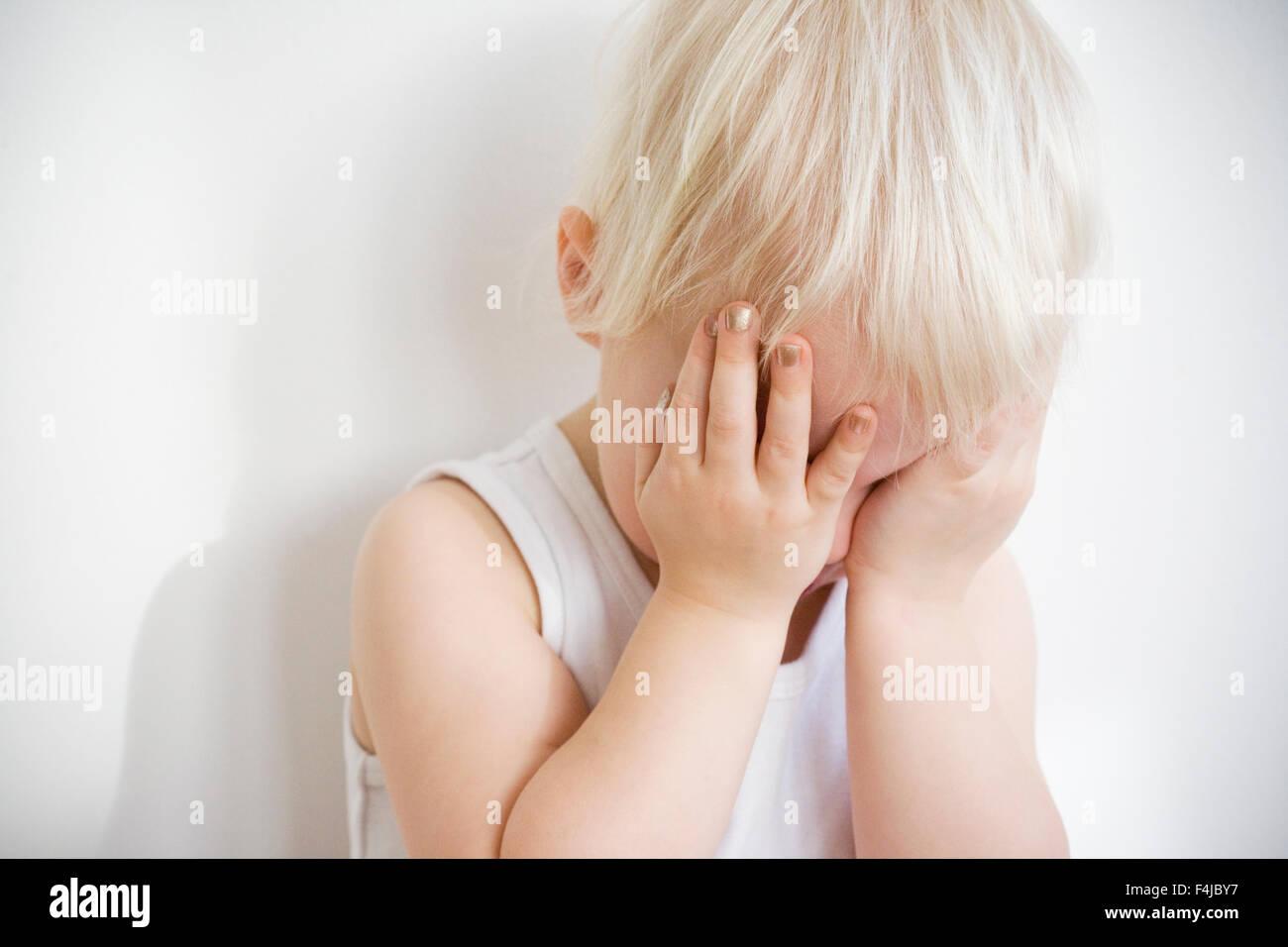 Ein blondes Kind gegen weiß, Schweden. Stockbild