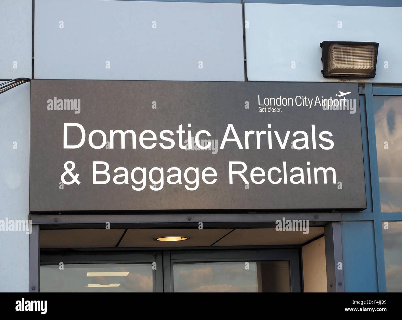 Inländische Ankünfte und Gepäck zurückfordern Schild am London City Airport, London, UK Stockbild