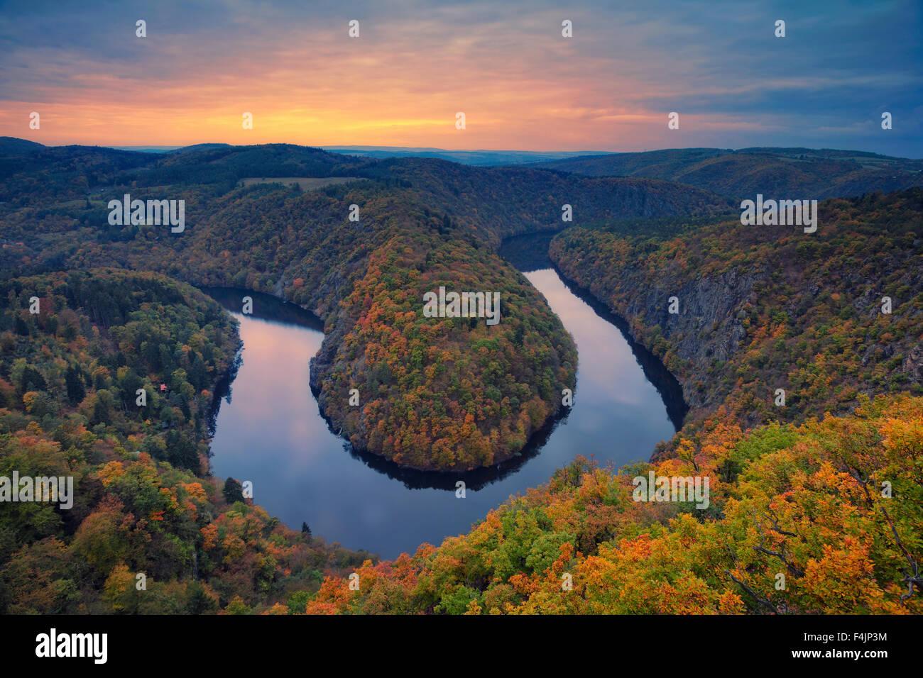 Herbst Flussbiegung. Wunderschöne Mäander der Moldau in der Tschechischen Republik im Herbst Sonnenuntergang. Stockbild