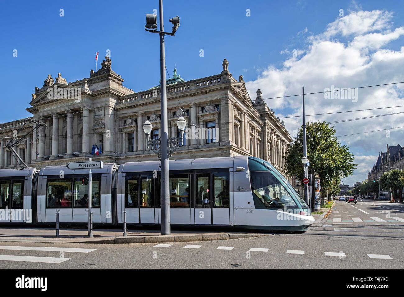 Straßenbahn und National- und Universitätsbibliothek / BNU am Platz Place De La République in Straßburg, Stockbild