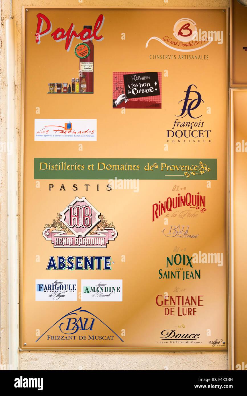 Eine Werbung für französische Getränke vor einem Geschäft in ...