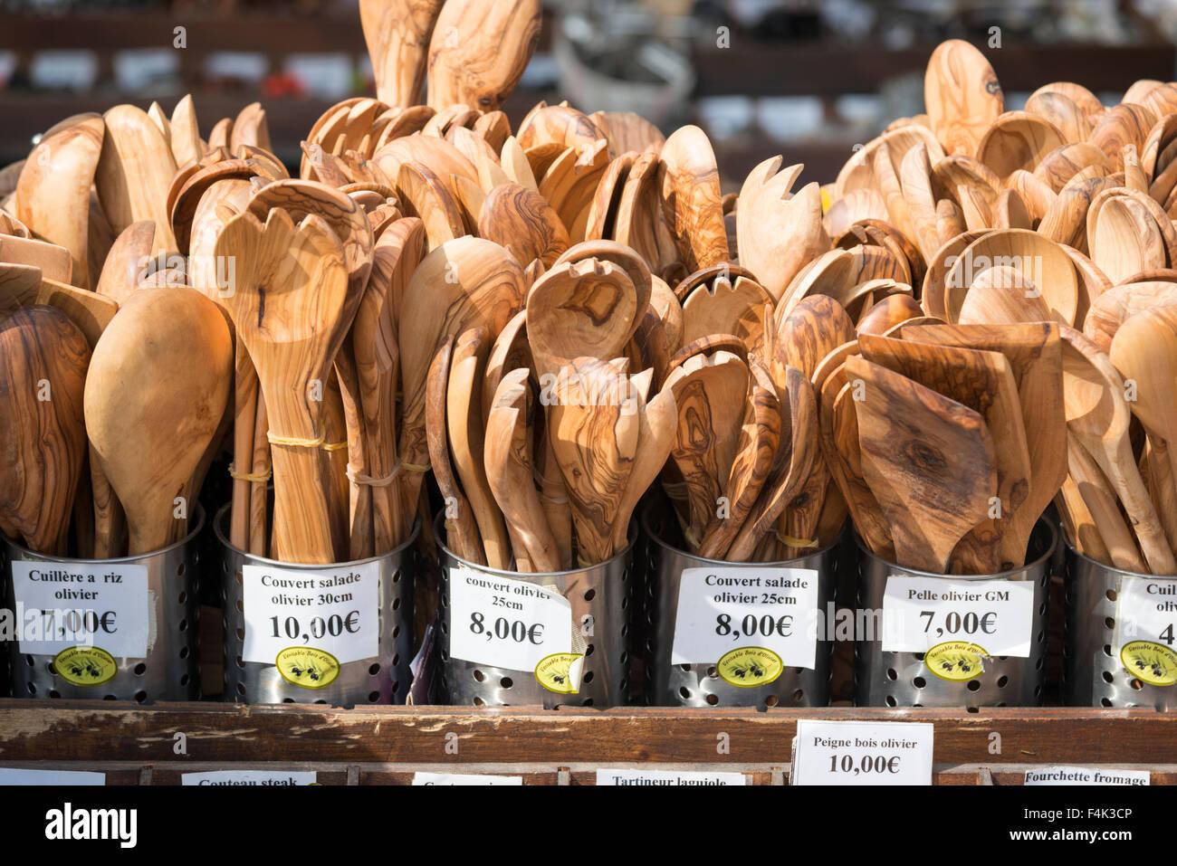 Oliven Holz Küchengeräte zum Verkauf auf einem Markt stall in ...