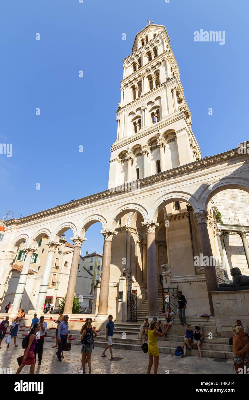 Menschen vor der Kathedrale des Heiligen Domnius Bell tower an der Diokletianpalast in Split, Kroatien. Stockbild