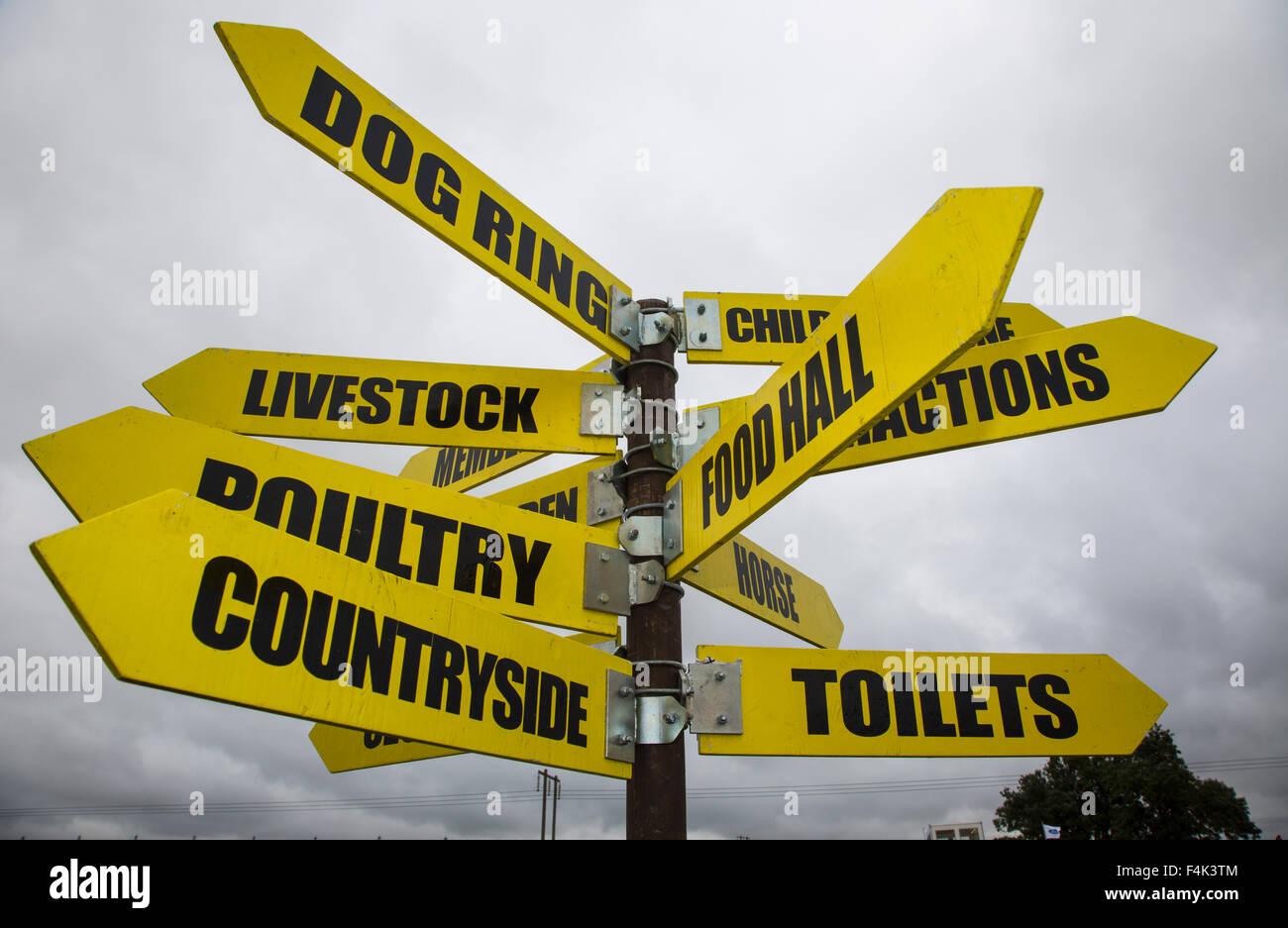 Ein Finger-Post weist in verschiedene Richtungen bei der jährlichen Moreton in Marsh-Show, Gloucestershire, Stockbild