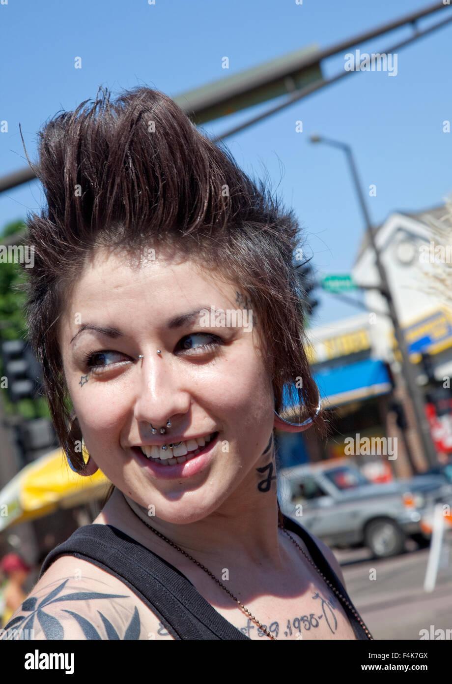 Glucklich Gepiercte Und Tatowierte Frau Tragt Eine Pompadour Frisur