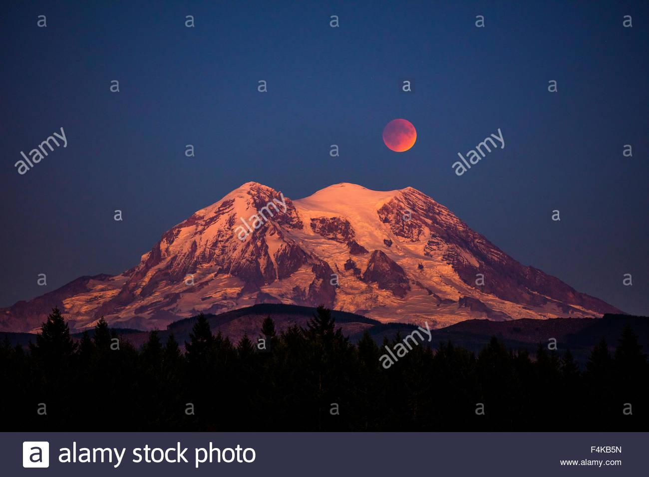 Der Vollmond in einer Art bekannt als ein Super-Blut-Mond Mondfinsternis steigt über Mount Rainier im US-Bundesstaat Stockbild