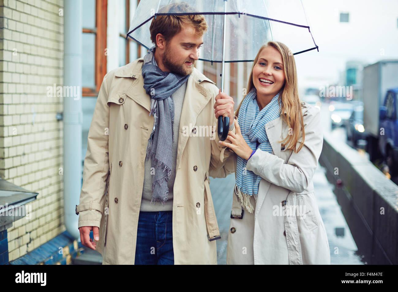 Verliebter Mann Und Frau Zu Fuß Unter Dach Stockfoto Bild 88952850