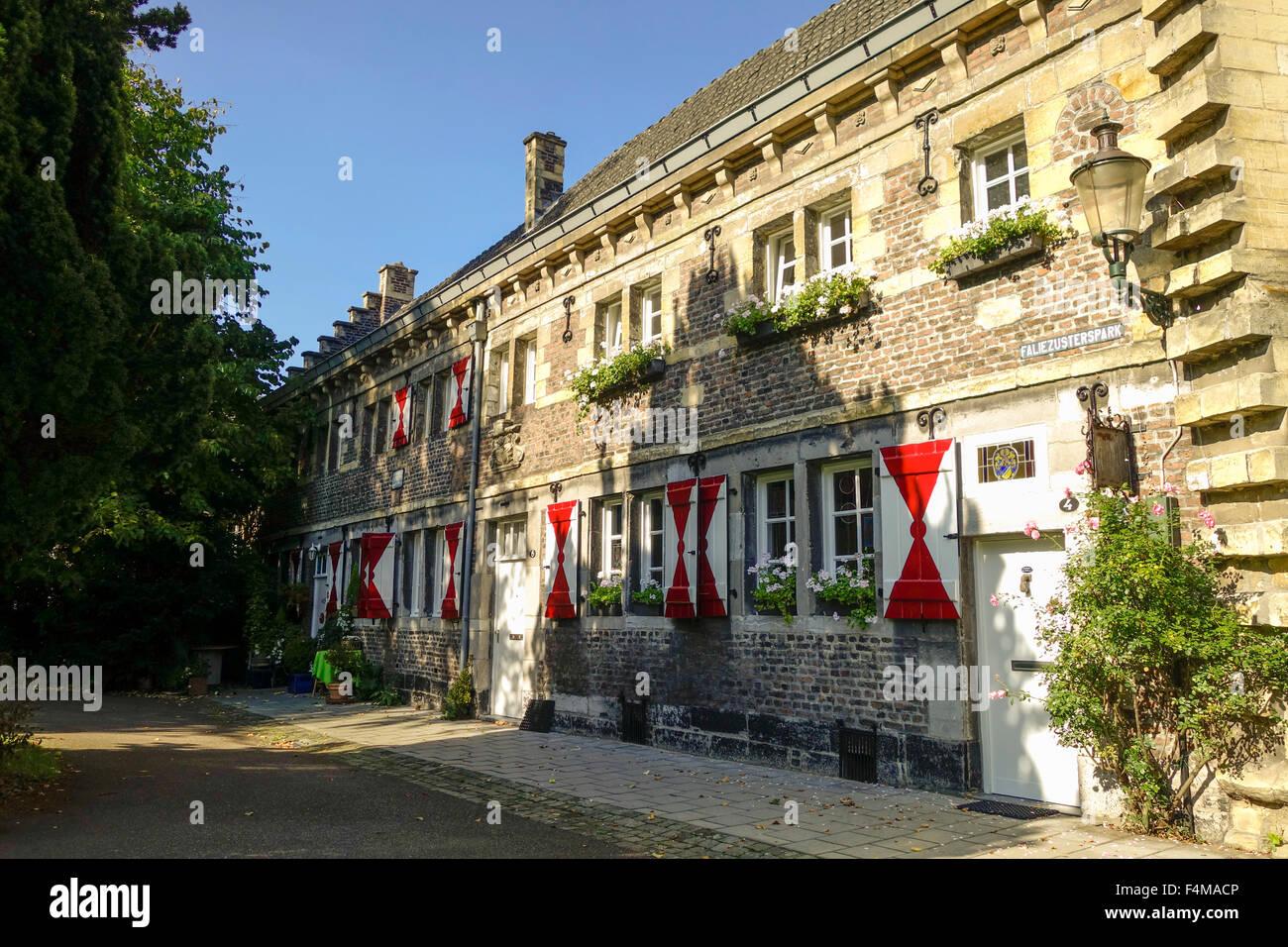 Mittelalterliche Kloster Faliezusters entlang Stadt Wände in Maastricht, Limburg, Niederlande. Stockbild