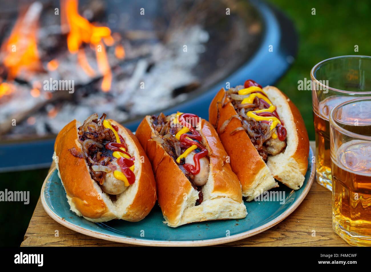 Hot Dogs mit Röstzwiebeln Stockbild