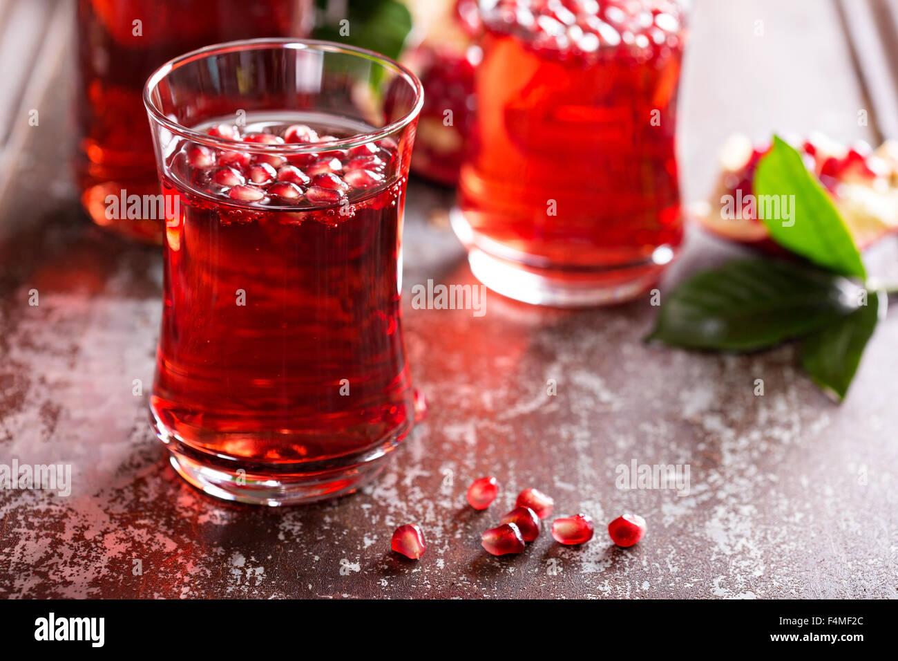 Granatapfel-Drink mit Mineralwasser fallen kaltes Getränk Stockbild