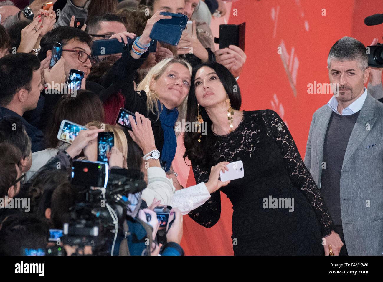 Rom, Italien. 20. Oktober 2015. Monica Bellucci für das Selfie mit einem Fan während der rote Teppich Stockbild