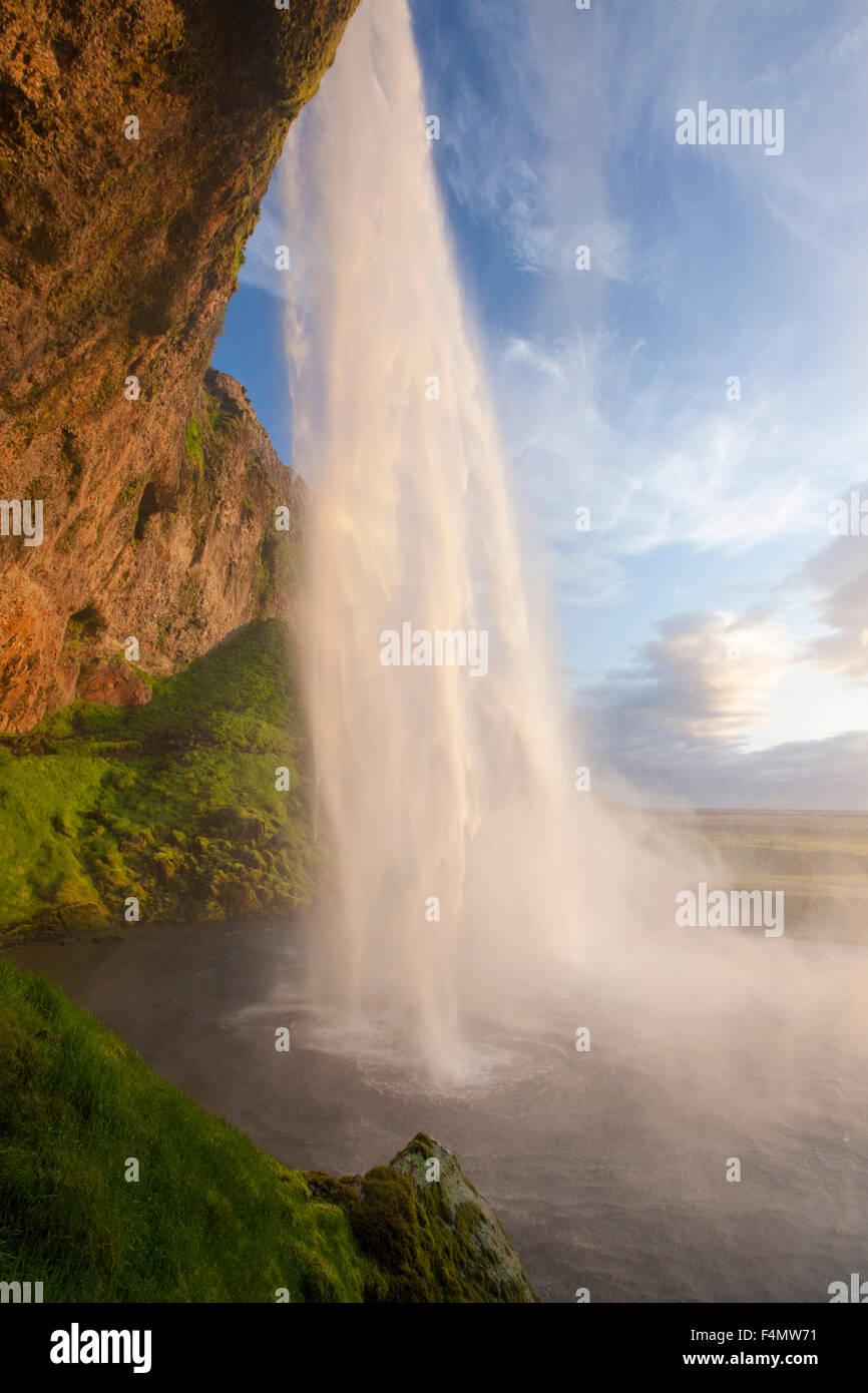 Seljalandsfoss Wasserfall stürzt 60m von der Klippe oben, Sudhurland, Island. Stockbild