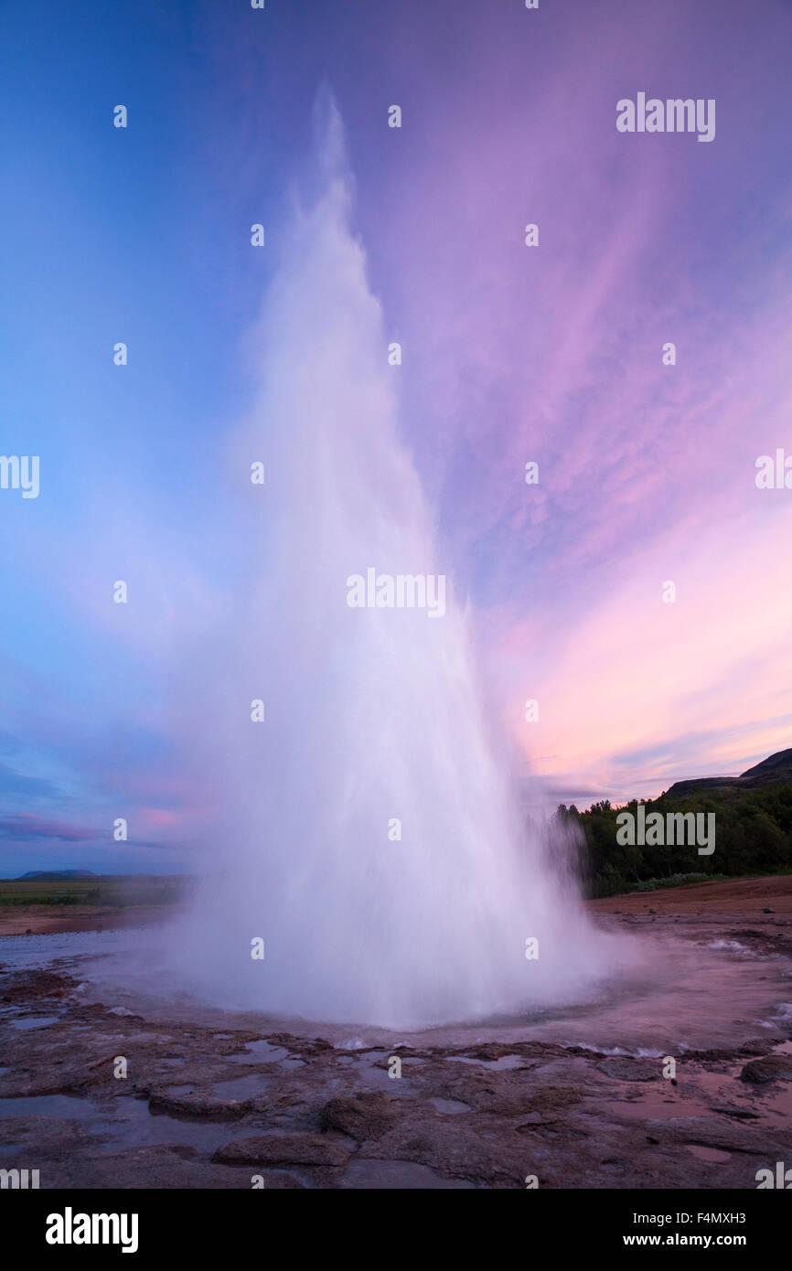 Strokkur Geysir Errupting bei Sonnenuntergang, Geysir, Sudhurland, Island. Stockbild