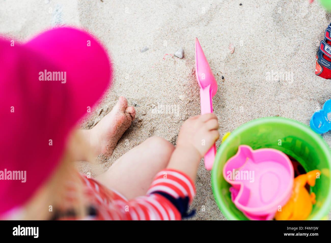 Erhöhte Ansicht von Mädchen spielen mit Spielzeug auf Sand am Strand Stockbild