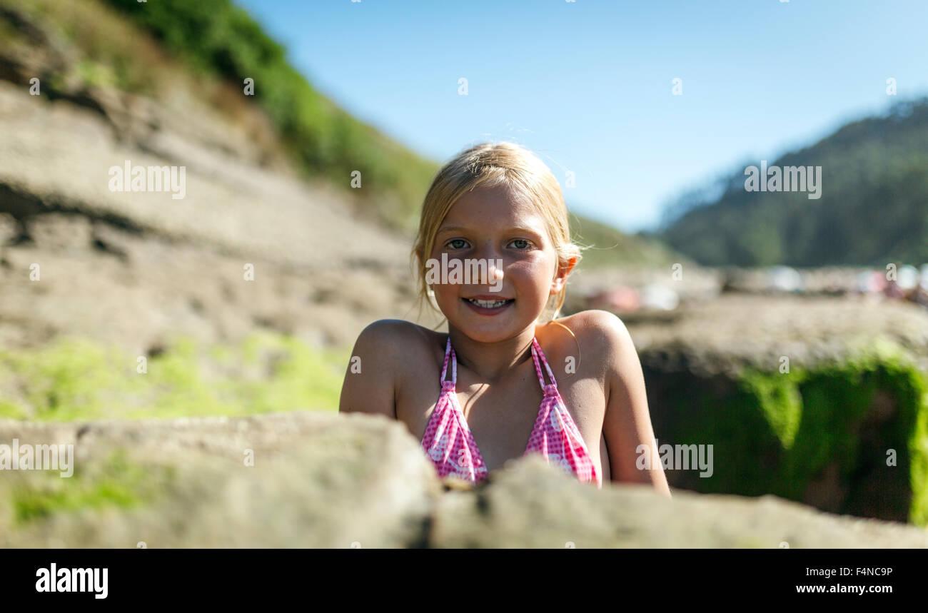 Porträt eines blonden Mädchens am Strand Stockbild