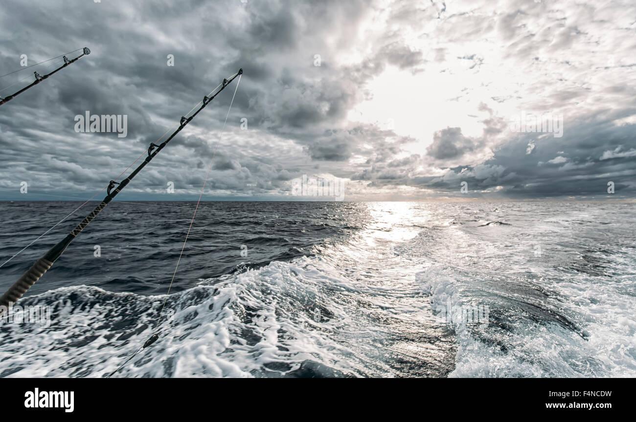 Spanien, Asturien, Angelruten mit Fischerboot Stockbild