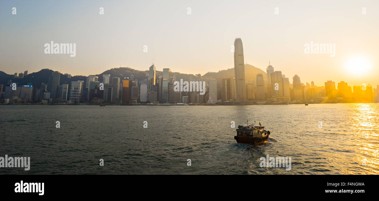 Victoria Harbour, Hong Kong Convention and Exhibition Center in Dämmerungen Stockbild