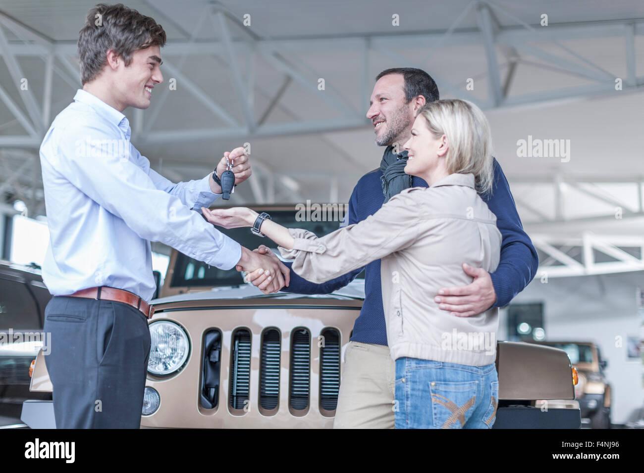 Kfz-Händler geben-Taste an client Stockbild