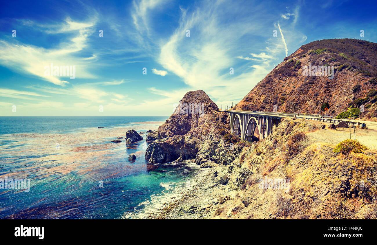 Vintage stilisierte kalifornische Küste entlang Pacific Coast Highway, USA. Stockbild