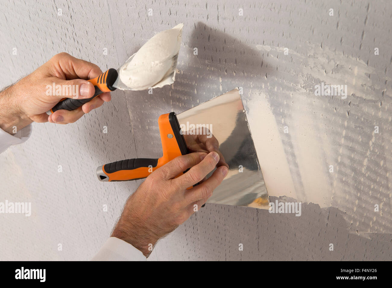 arbeiter mit wand verputzen werkzeuge innerhalb eines hauses
