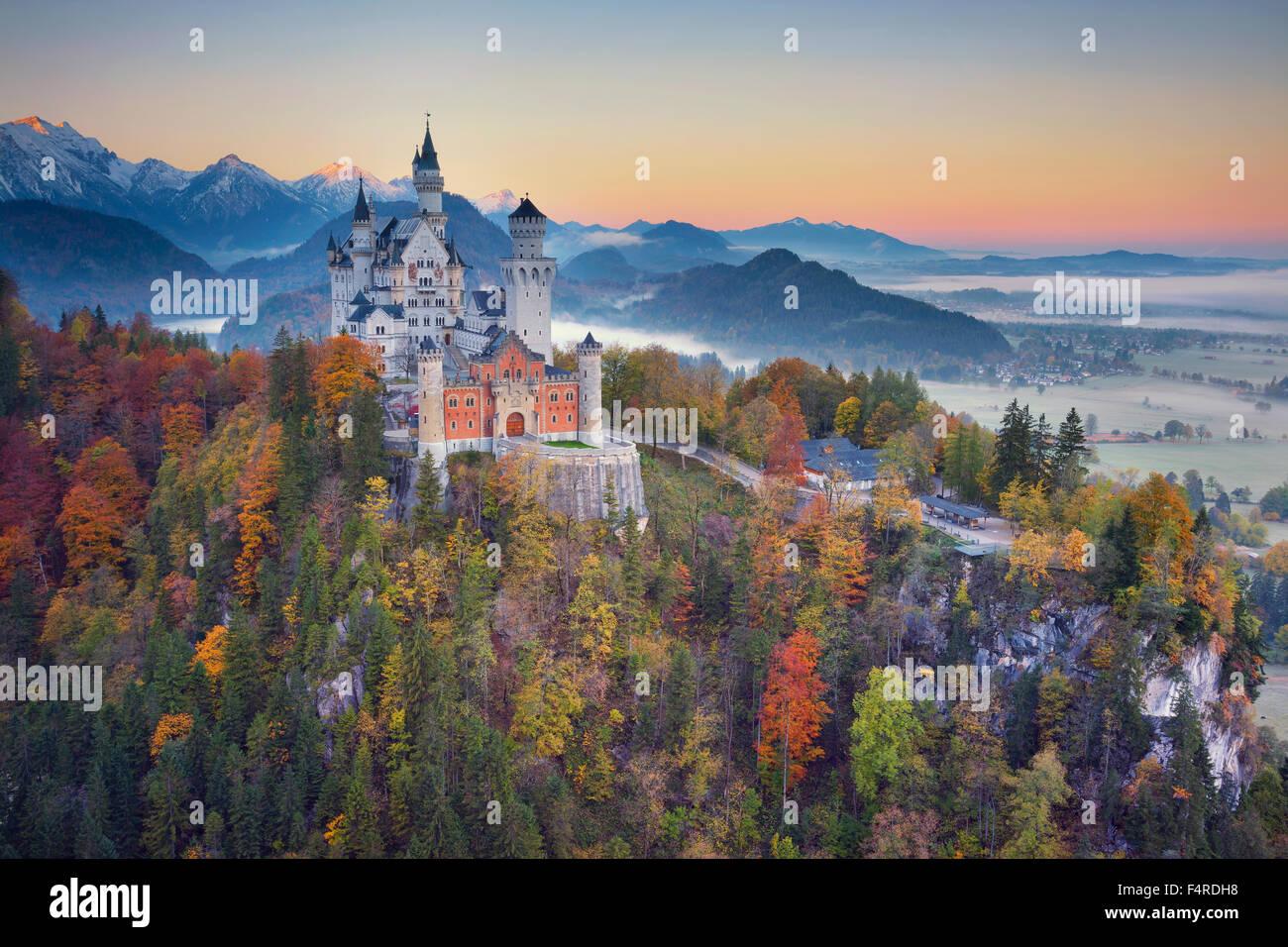 Schloss Neuschwanstein, Deutschland.  Blick auf Schloss Neuschwanstein in der herbstlichen Dämmerung. Stockbild