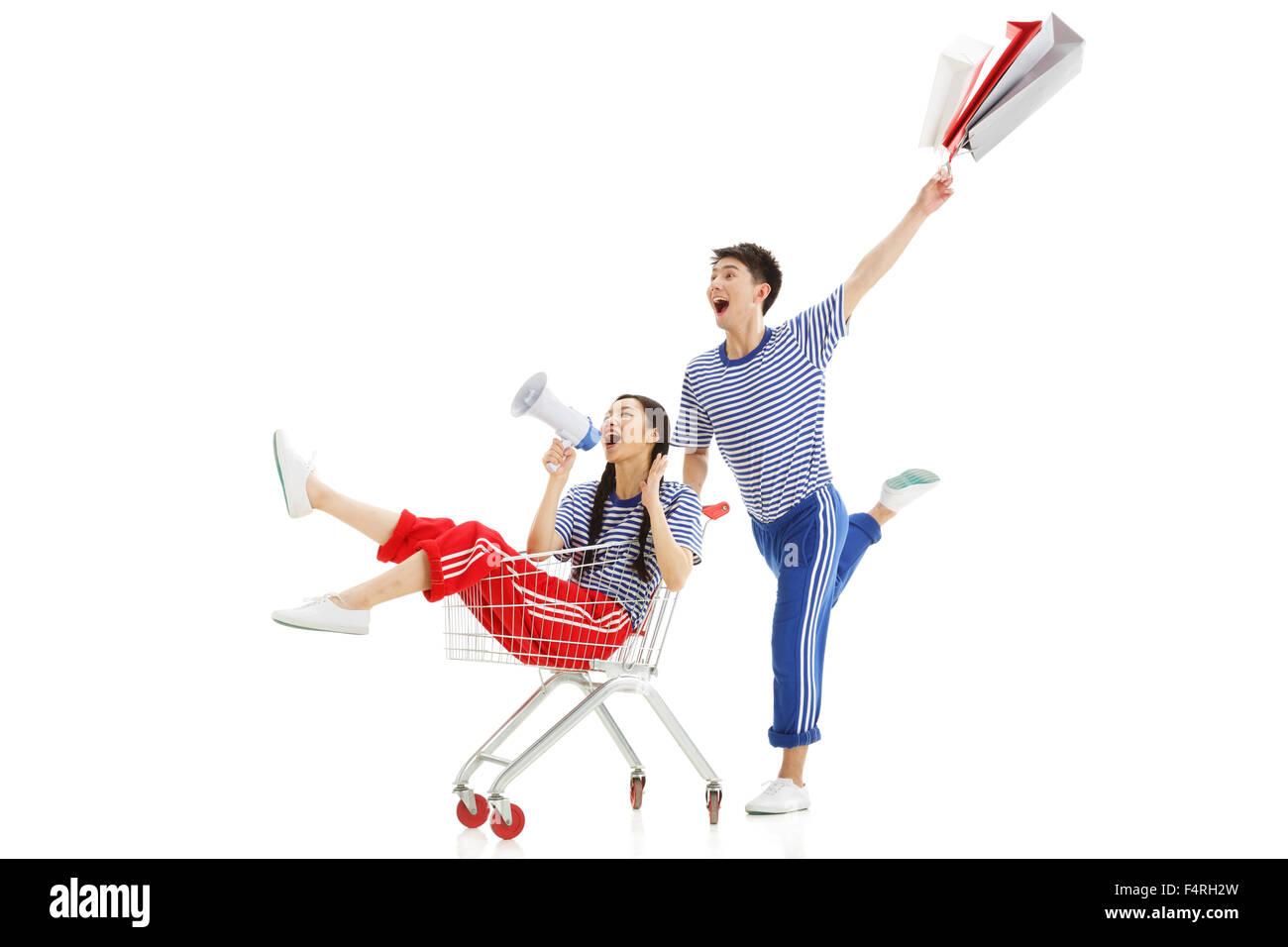 Glückliches junges Paar schieben ein Einkaufswagens Stockfoto