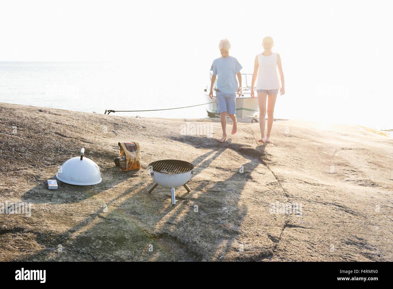 Schweden, Sodermanland, Stockholmer Schären, Norsten, jungen und Mädchen (12-13) an Küste Stockbild