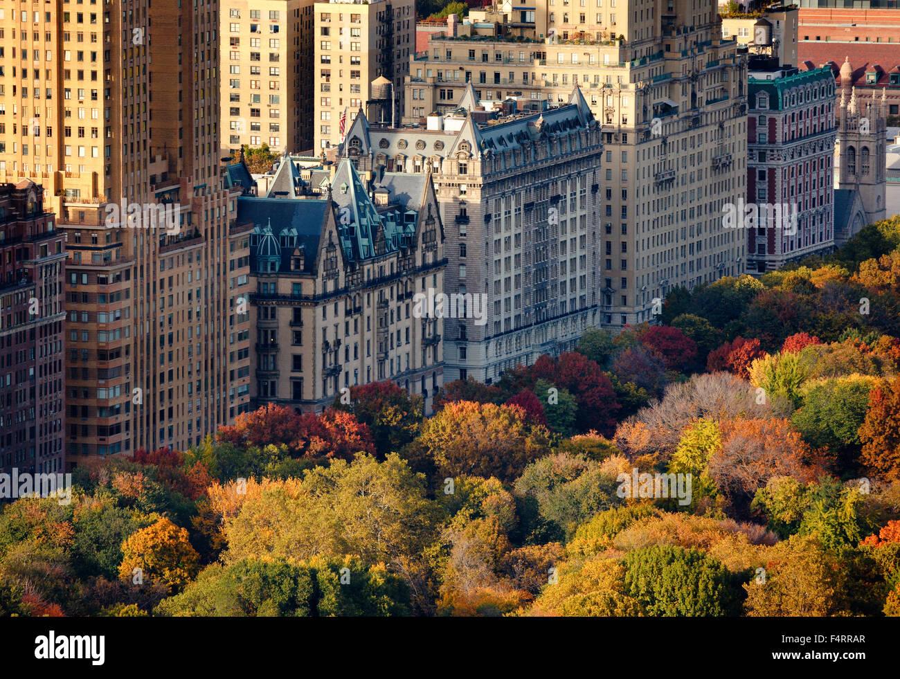 Luftaufnahme der Upper West Side-Gebäude und dem Central Park im Herbst, Manhattan, New York City Stockbild