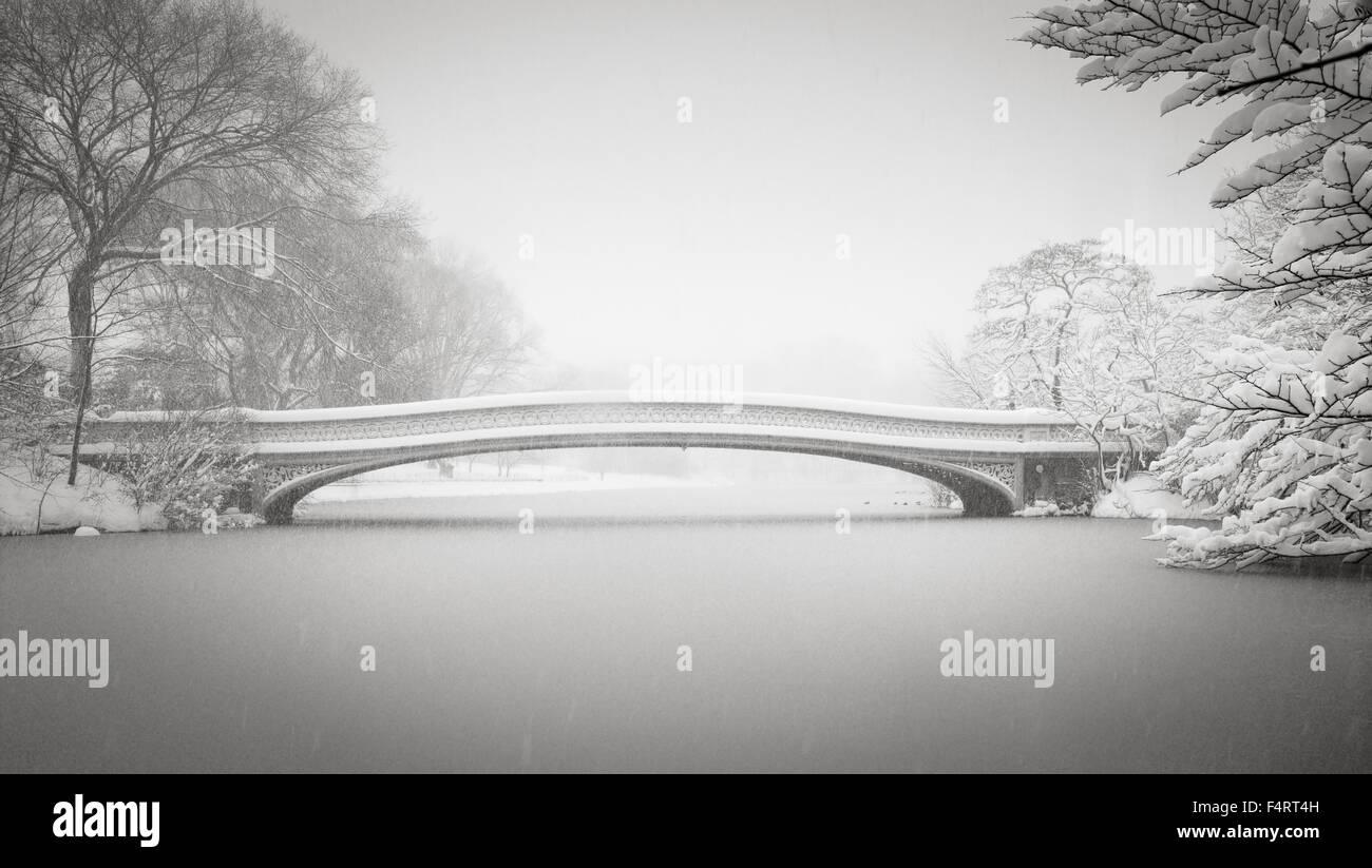 Schnee auf Bogen-Brücke und dem See, Central Park, Upper West Side, Manhattan. Friedlicher Winter-Szene in Stockbild