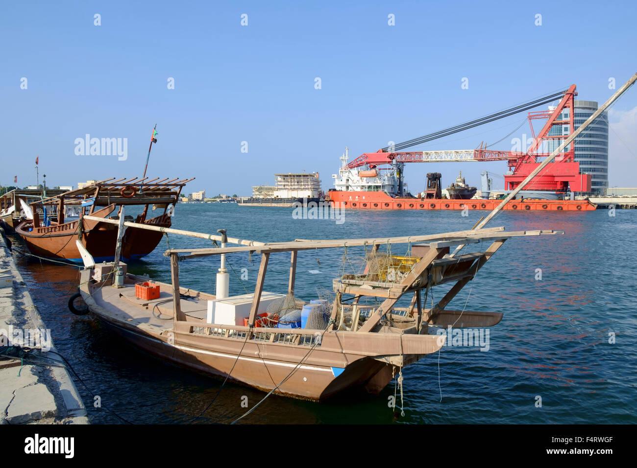 Blick auf traditionelle und moderne Schiffe im Hafen von Emirat Ras al Khaimah in den Vereinigten Arabischen Emiraten Stockbild